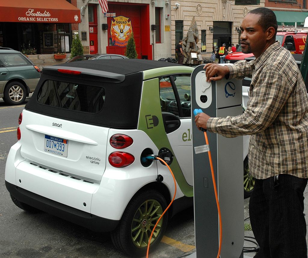 Zukunft des Autos: Ein Elektro-Smart beim Aufladen während der Präsentation in Brooklyn.