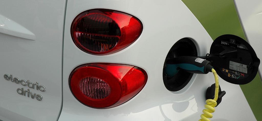 Zukunft des Autos: Ein Smart Fortwo Electric Drive wird aufgeladen.