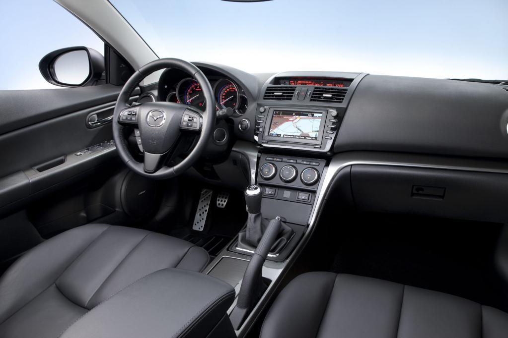 Überladenes Lenkrad, aber aufgeräumte Mittelkonsole beim Mazda6.