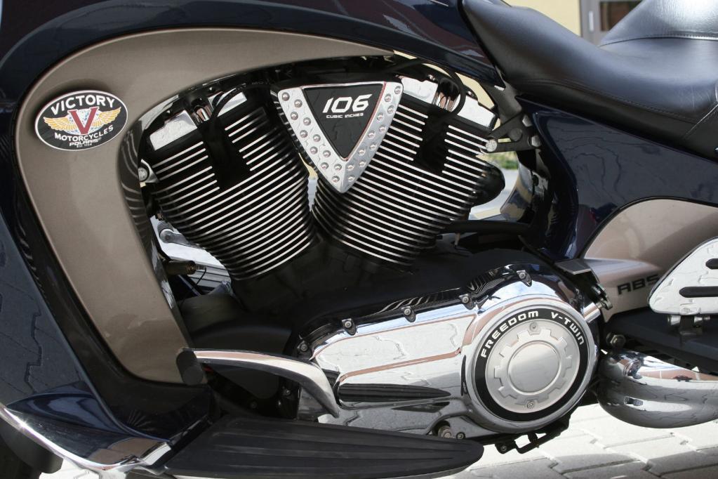 Beim Triebling handelt es sich nach guter amerikanischer Sitte um einen luft-/ölgekühlten V-Motor, der seine zwei Zylinder im Winkel von 50 Grad spreizt.