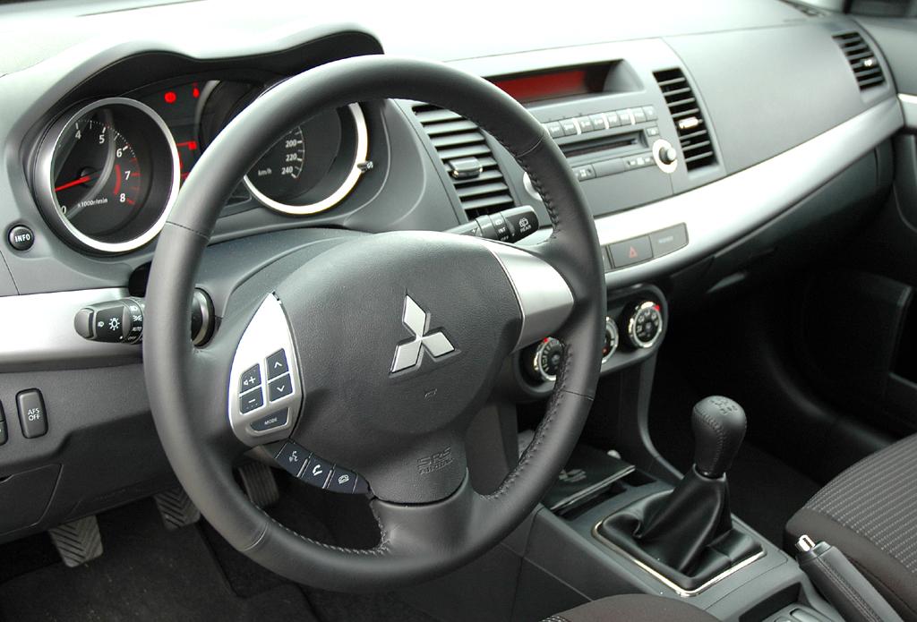 Blick ins Cockpit des Sportback-Lancers.