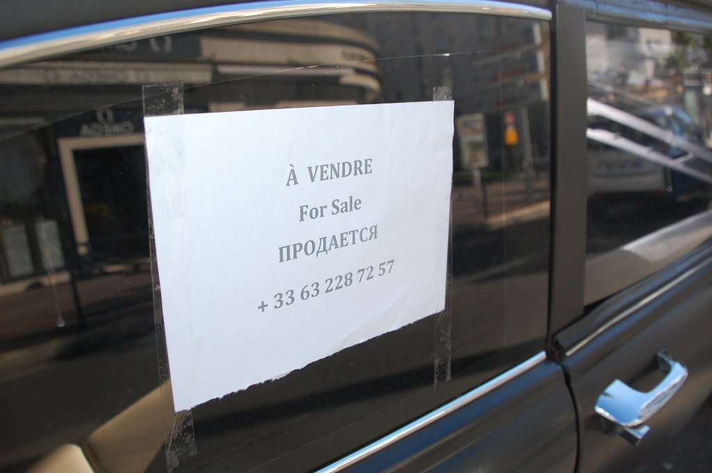 Der schöne mattschwarze Wagen wird in Cannes zum Verkauf angeboten