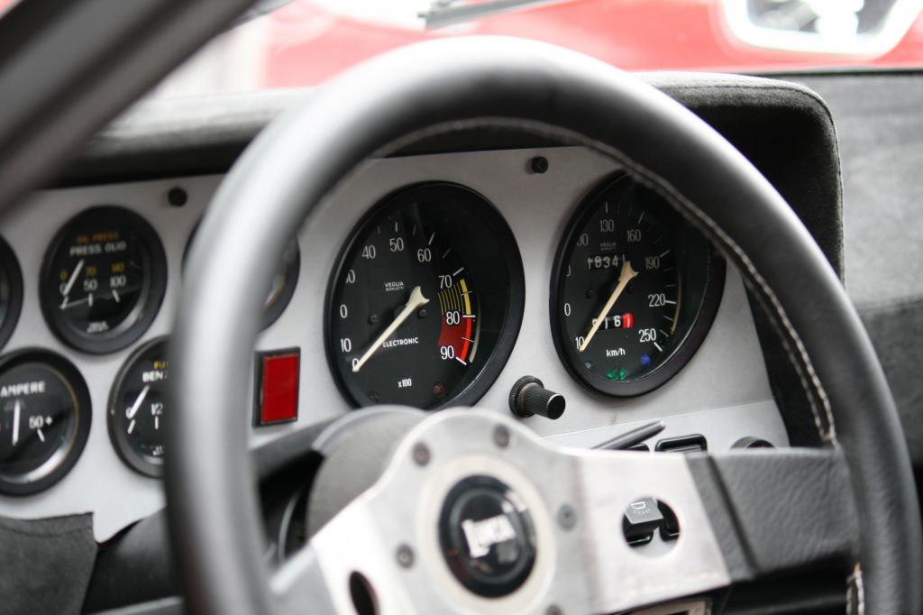 Eng und sehr übersichtlich ist das Cockpit