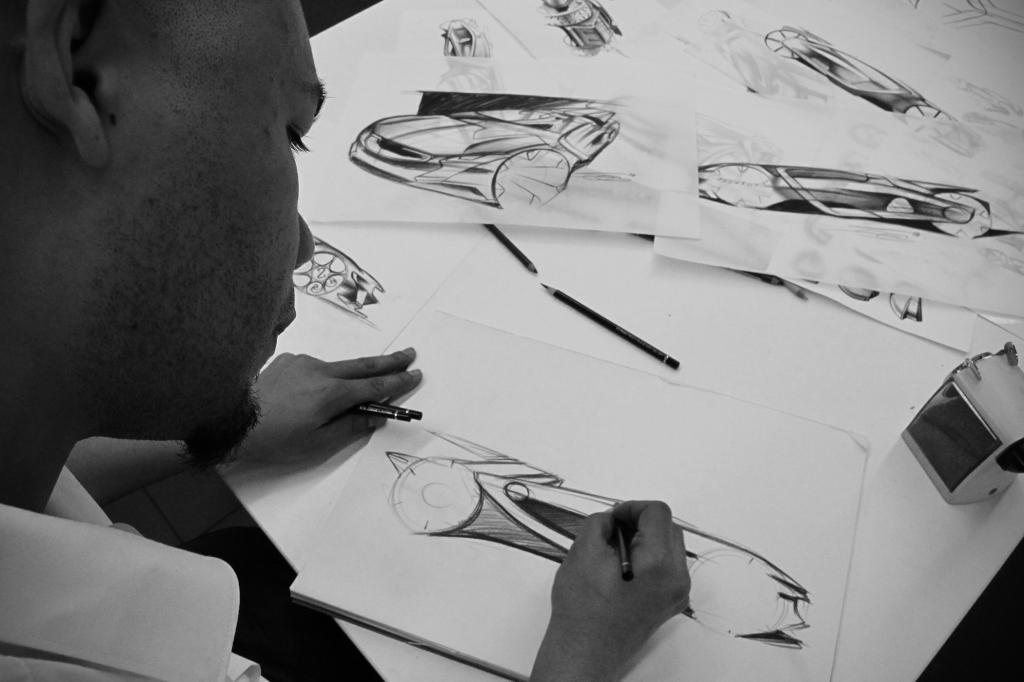 Exterieur-Designer Olivier Gamiette bei den ersten Skizzen
