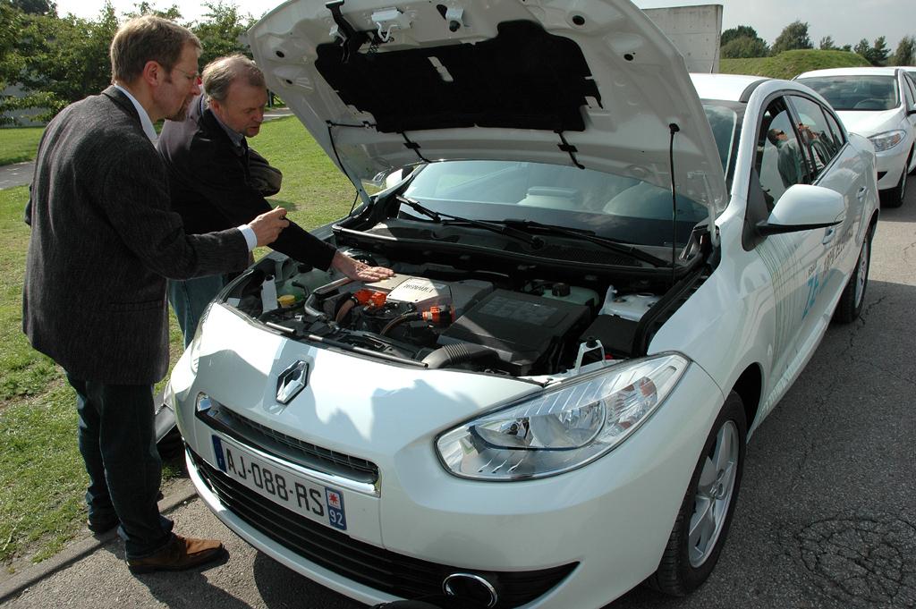 Fachgespräch am Renault Fluence ZE.