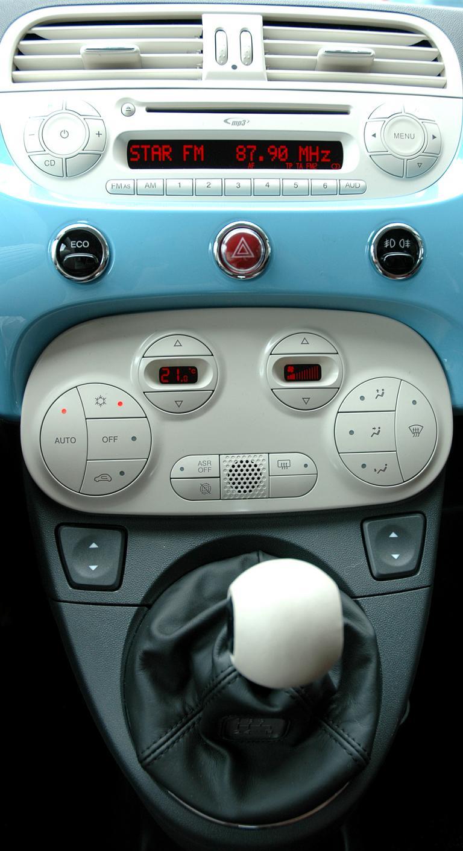 Fiat 500 TwinAir: Blick auf den mittleren Armaturenträger.