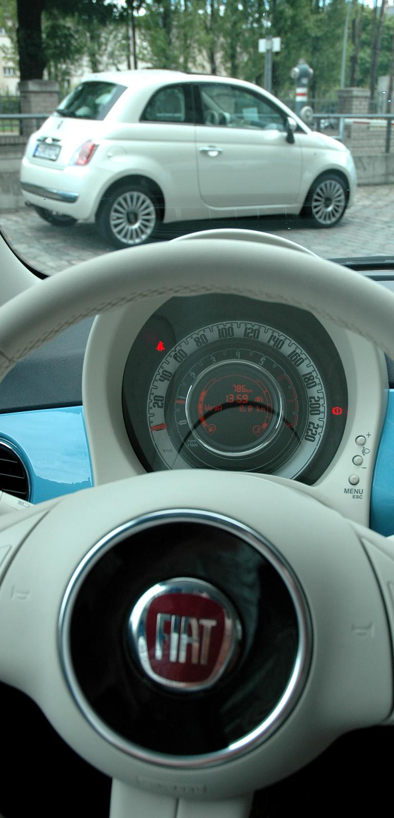 Fiat 500 TwinAir: Blick vom Lenkrad über den Tacho nach außen.