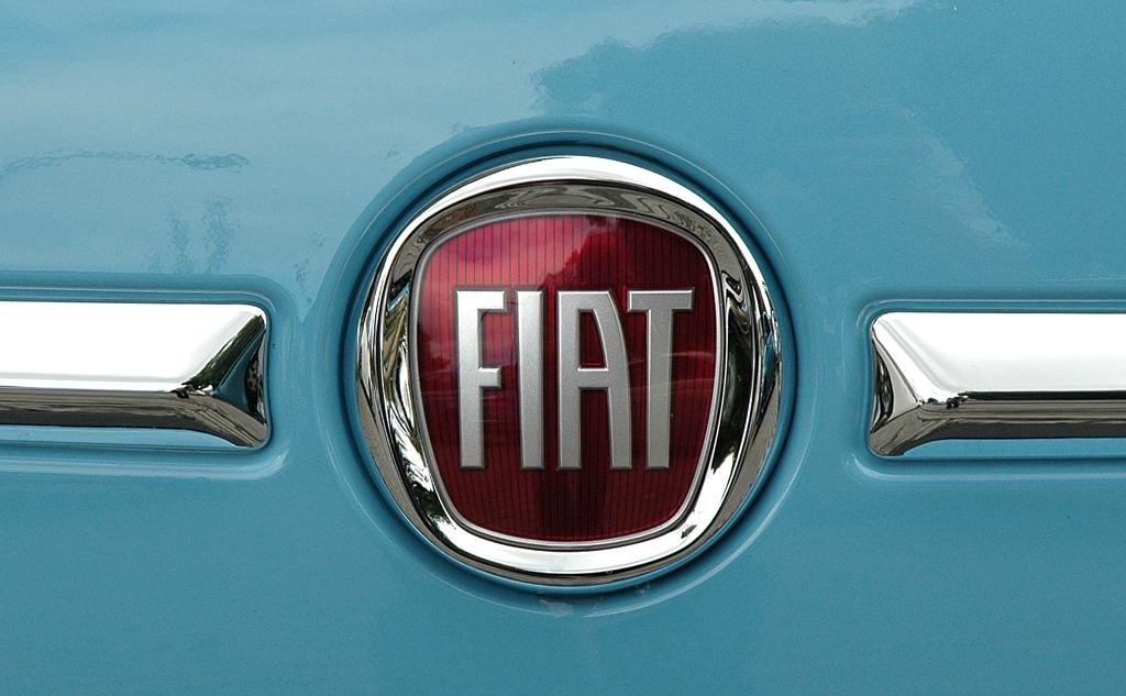 Fiat 500 TwinAir: Das Markenlogo ist mittig unter der Motorhaube platziert.