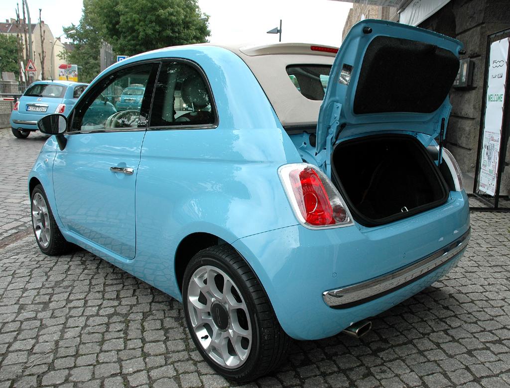 Fiat 500 TwinAir: Ins Cabrio-Stauabteil passen 182 bis 520, ins Coupé 185 bis 610 Liter Gepäck.