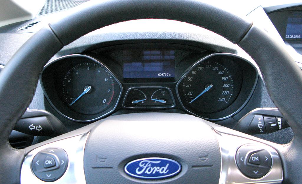 Ford C-Max: Blick auf den Lenkradkranz auf die Rundinstrumentierung.