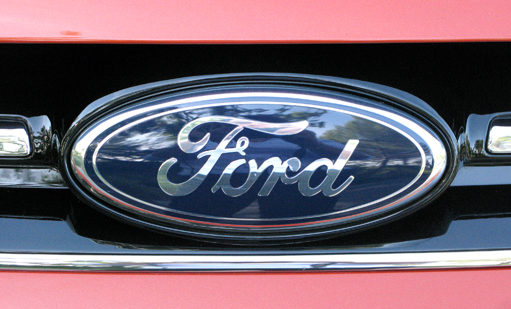 Ford C-Max: Das ovale Markenlogo sitzt in der oberen Kühlergrillleiste.