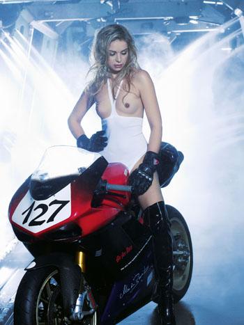 Hot Carwash 2011: Erotik und Technik vereint im neuen Kalender