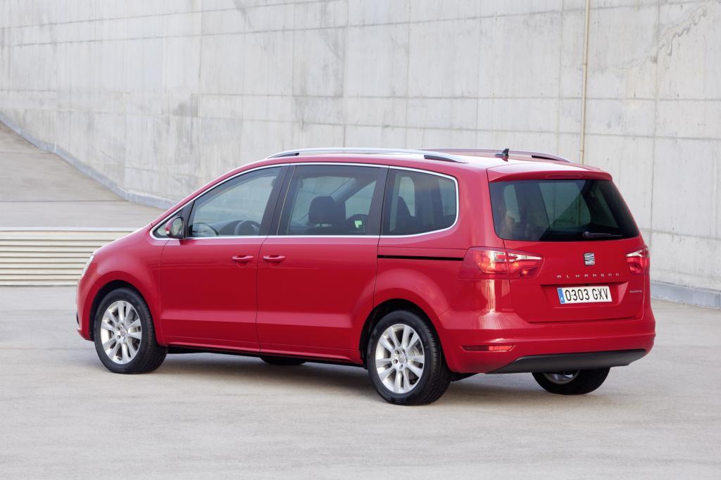 Im Vergleich zum VW Sharan ist der Seat 1.400 Euro günstiger