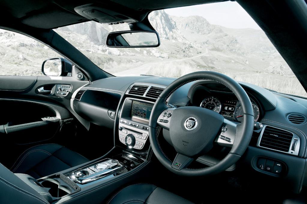 Im traditionell hochwertigen Innenraum nehmen Fahrer und Beifahrer auf gut konturierten Ledersitzen Platz.