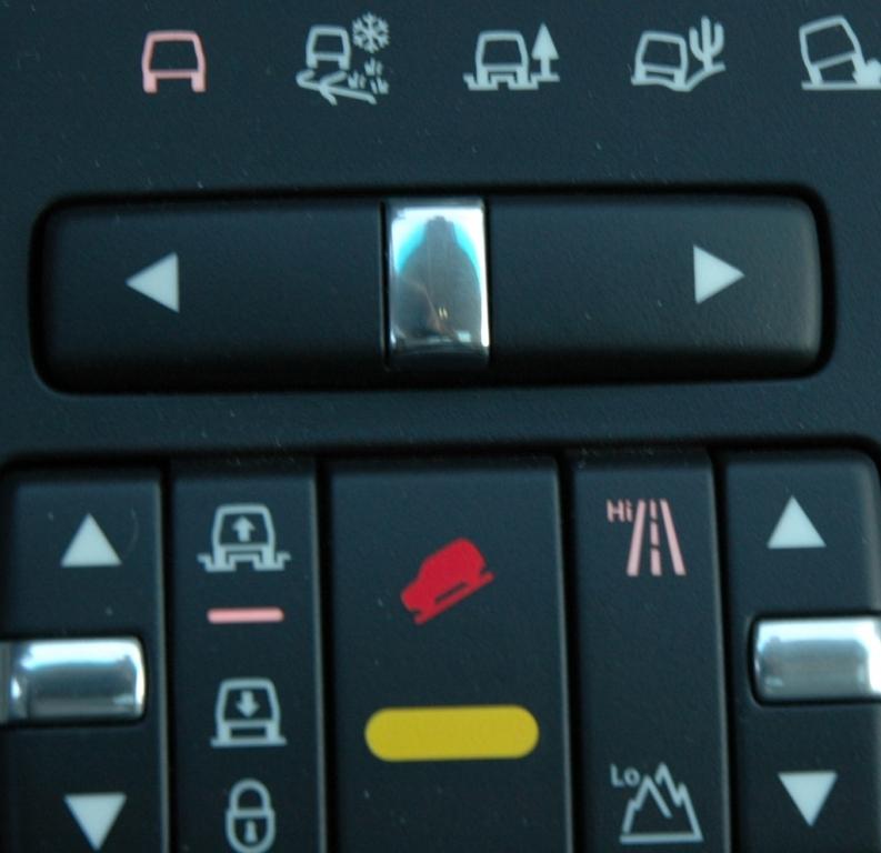 Land Rover Range Rover: Blick auf die Tasten für die elektronischen Fahrerhilfen.