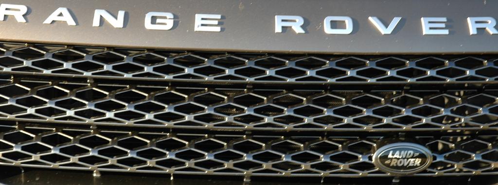 Land Rover Range Rover: Detailaufnahme der Front mit Modellschriftzug und Markenlogo.