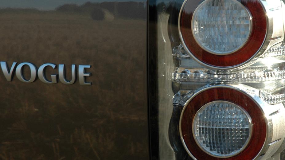 Land Rover Range Rover: Moderne Leuchteinheiten hinten mit Schriftzug.