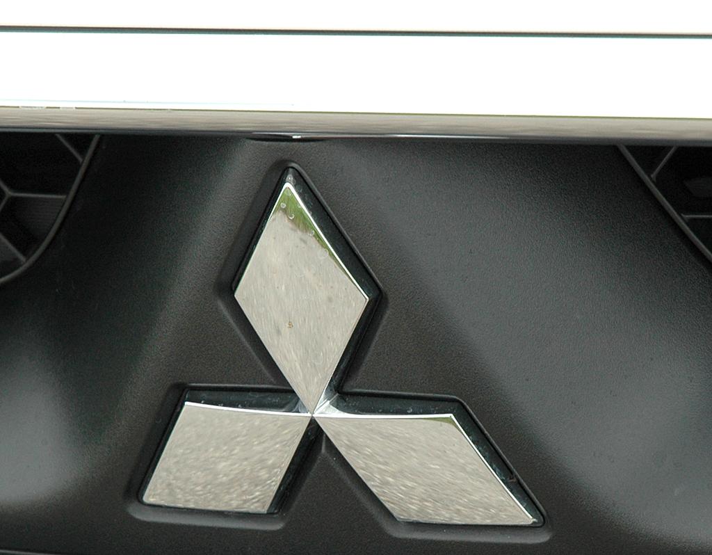 Mitsubishis Rhomben-Markenlogo symbolisiert drei Diamanten.