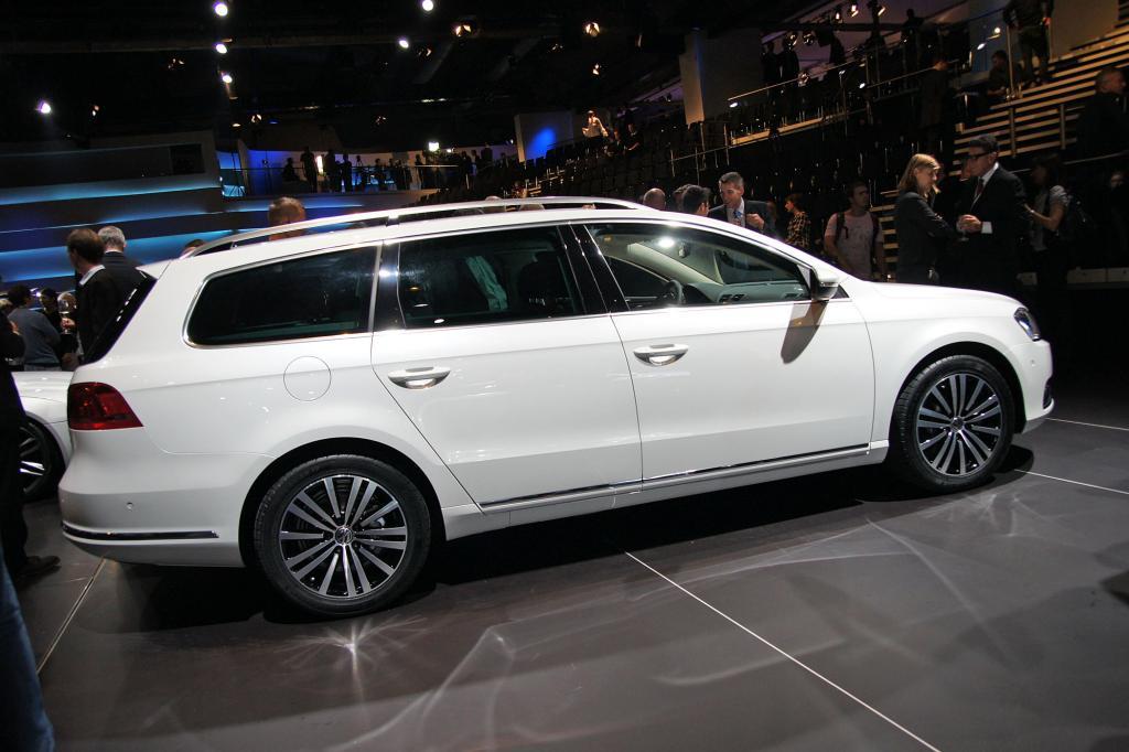 Neben der Limousine wird zeitgleich der Variant genannte Kombi angeboten