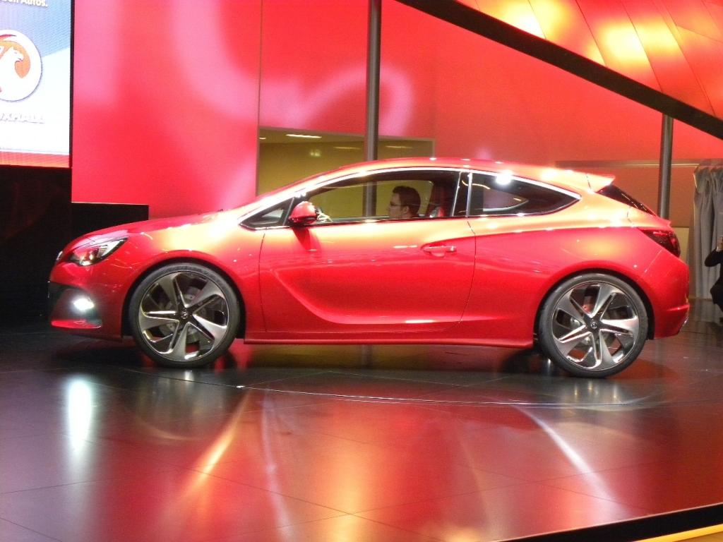 Paris 2010: Opel zeigt sich sportlich und familienfreundlich