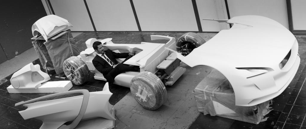 Peugeot-Chefdesigner Gilles Vidal prüft den Fortschritt der Arbeiten