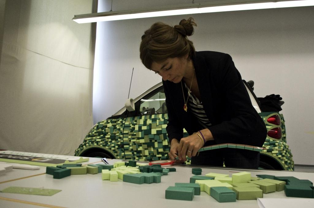 Sarah Illenberger setzt die Papp-Teile zusammen