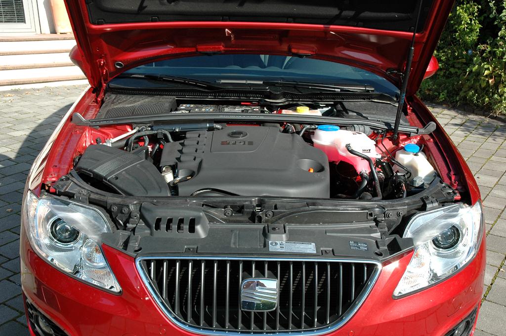 Seat Exeo: Blick unter die Motorhaube des 2,0-Liter-Vierzylinders.