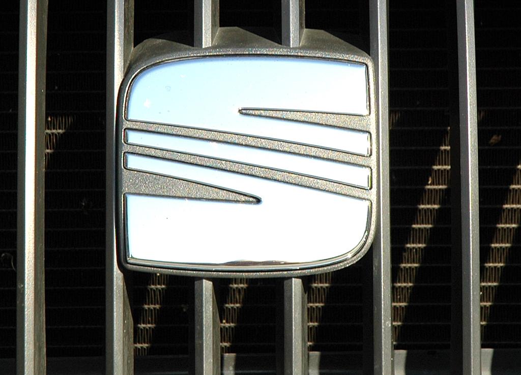 Seat Exeo: Das Markenlogo sitzt im Kühlergrill.