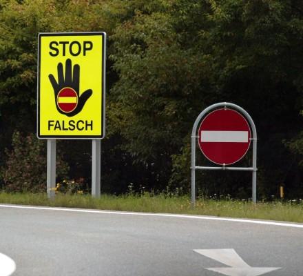 Vorsicht, falsche Richtung - Verkehrszeichen