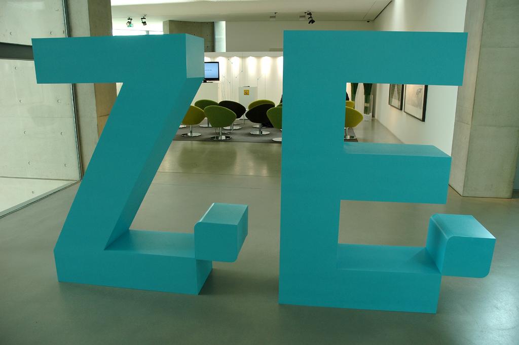 ZE steht bei Renault für Zero Emission, also schadstofffreies Fahren.