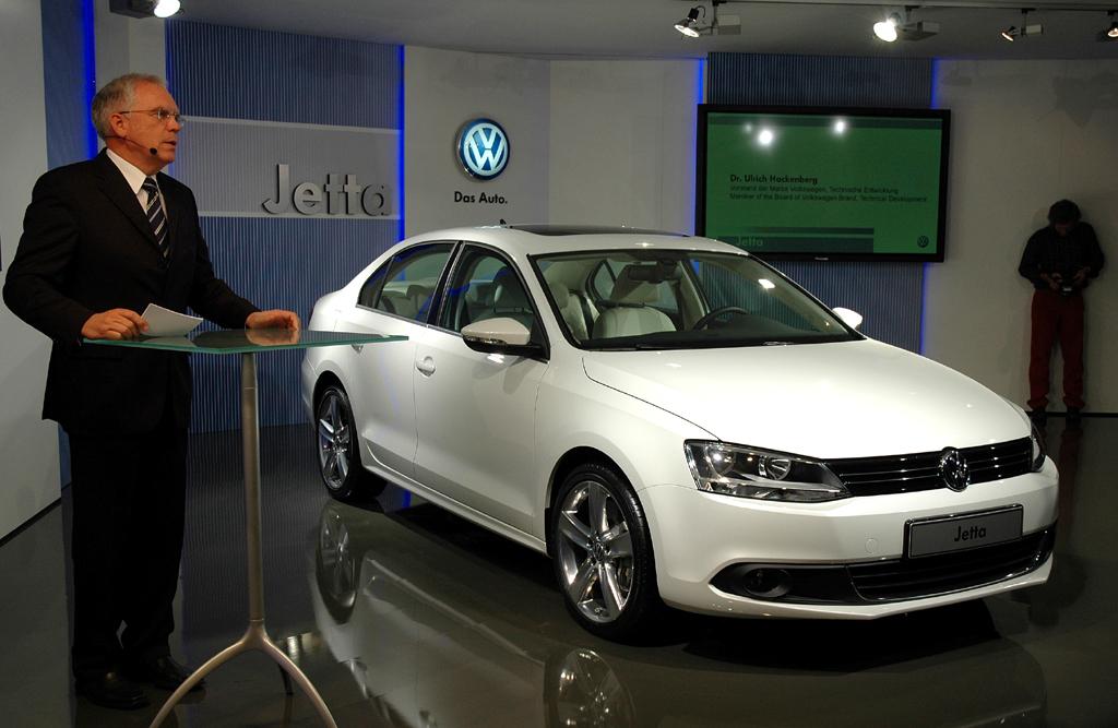Ansprechender Europaauftritt: VW-Entwicklungsvorstand Dr. Ulrich Hackenberg stellt in München die Jetta-Neuauflage vor.