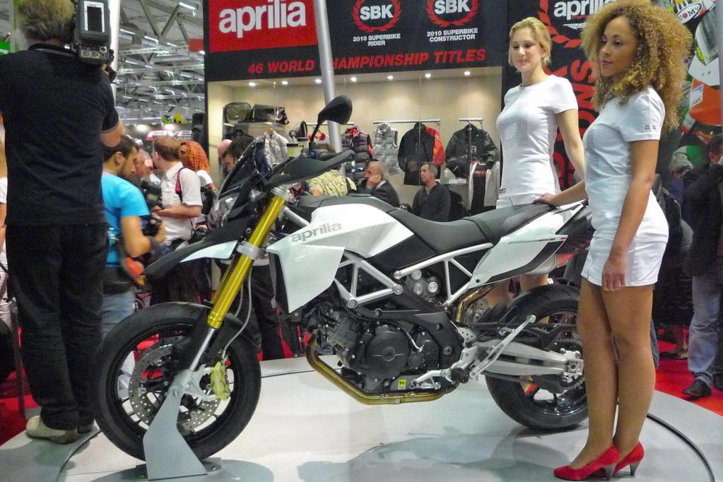 Aprilia transportiert sein fröhliches Landstraßenjäger-Konzept Dorsoduro mit einem 1200er Motor auf ein höheres Niveau.