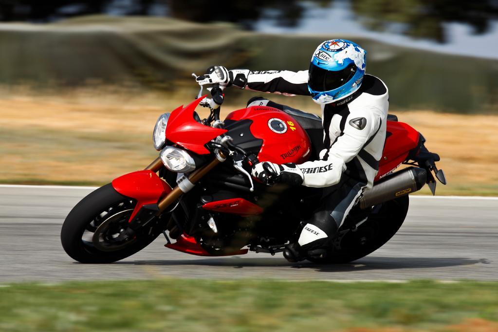 Auch bei der Testfahrt auf der Rennstrecke macht die Speed Triple aufgrund ihres optimierten Fahrwerks eine exzellente Figur.