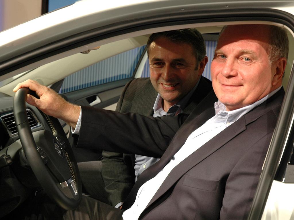 Bei der Sitzprobe für die Fotografen: Bayern-Boss Hoeneß (vorn), Werder-Geschäftsführer Allofs.
