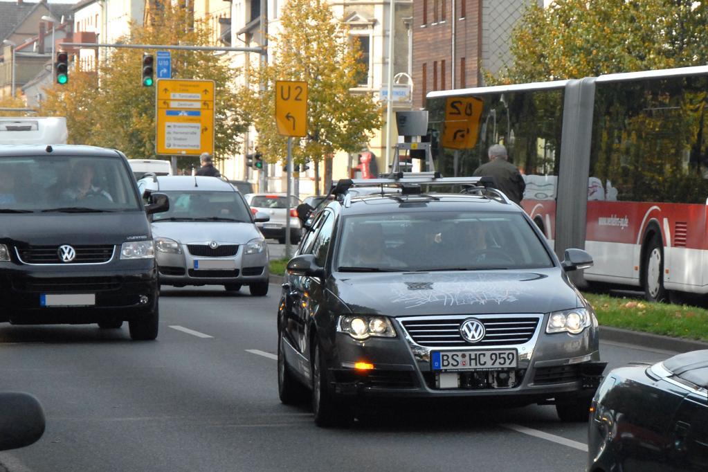 Blinken, lenken, aufpassen: All das soll die jüngste Entwicklung der TU Braunschweig selbständig beherrschen. Die erste Testfahrt auf dem Stadtring verlief vielversprechend.