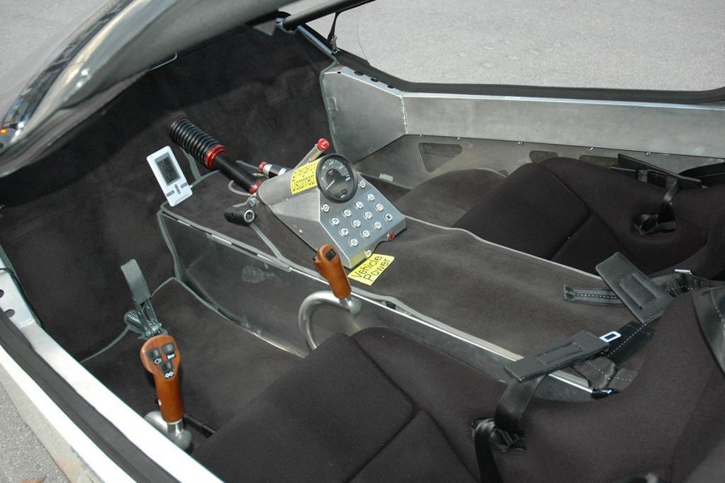 Das Dreirad wird mit zwei Joysticks gesteuert. Für eine Notbremsung oder zum Einparken ist das Pedal gedacht.