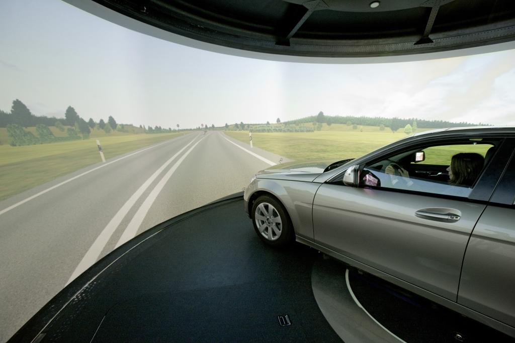 Der Simulator hat eine 360°-Leinwand, Foto: Daimler