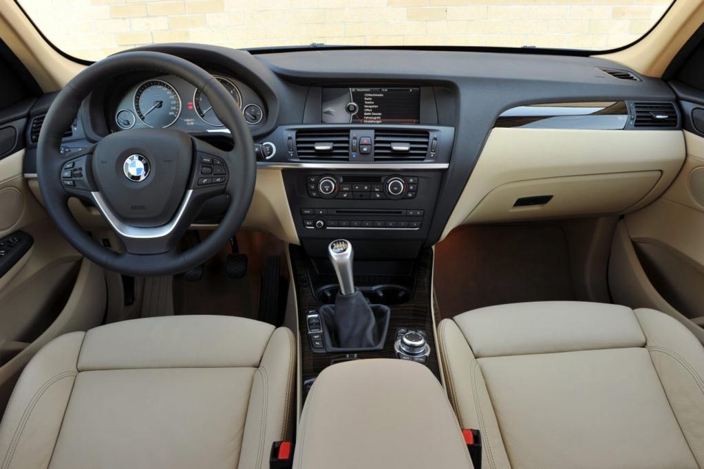 Die Anzeigen und Bedienelemente kennt man aus den BMW 7er und 5er Modellen.