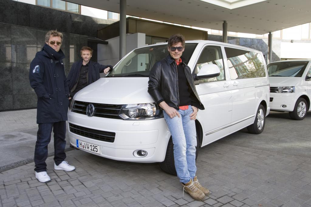 Die Norwegische Band a-ha setzt für ihre letzten Konzerte auf den VW-Bus als Shuttlefahrzeug.