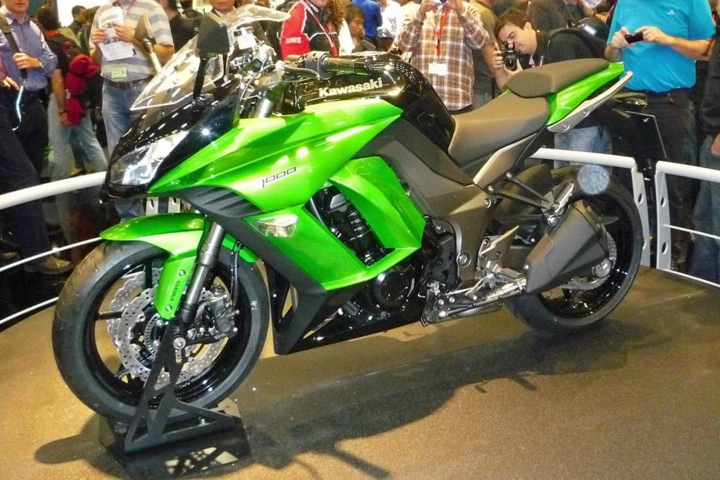 Die Supersportstourer Kawasaki Z 1000 SX lädt zu Landstraßenfahrten ein - und präsentiert sich derzeit auf der Kölner Intermot.