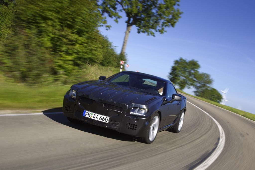 Die Tarnung lässt die Proportionen des neuen Mercedes SLK erahnen