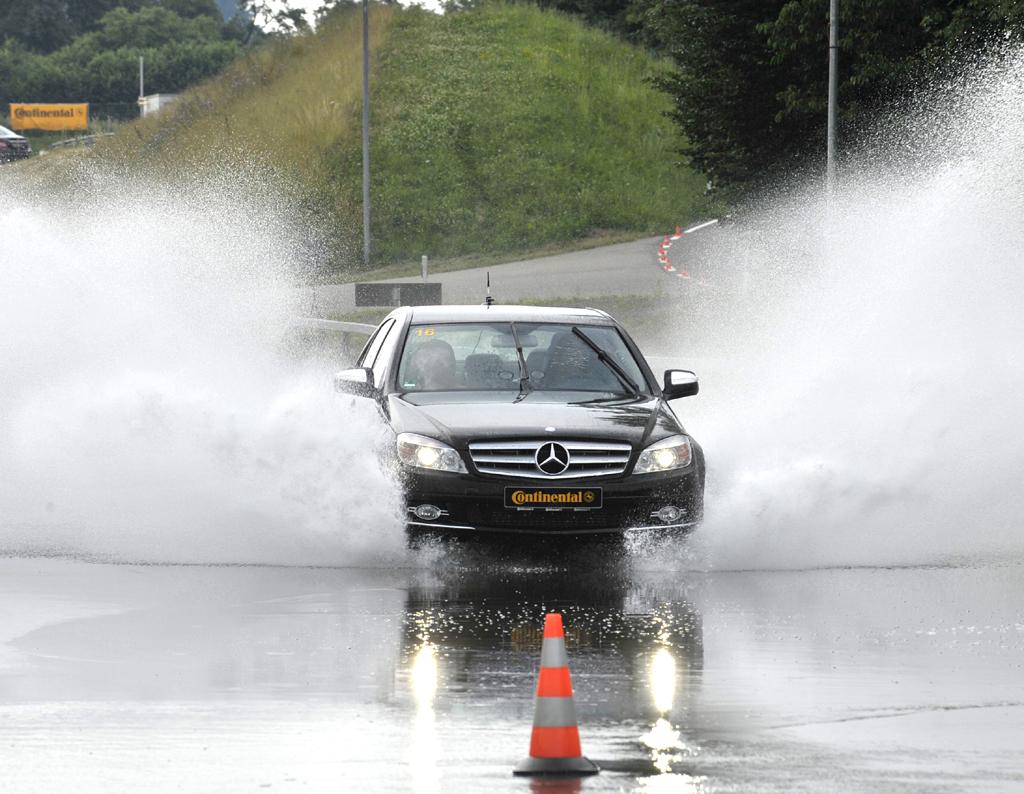 Egal wie nass eine Straße ist: Reifen sollten bestmögliche Sicherheit bieten.