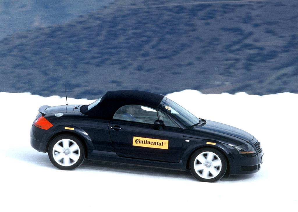 Ein Audi-TT-Roadster beim winterlichen Continental-Reifentest.