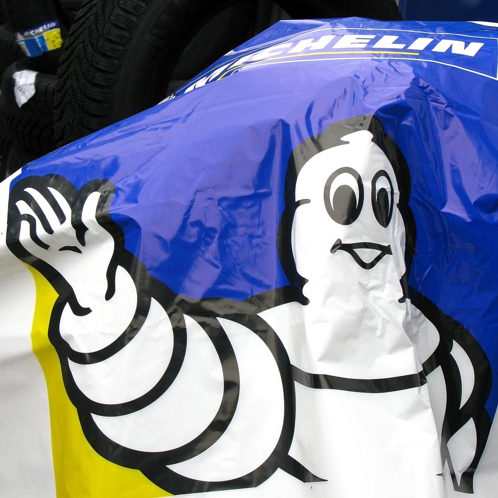 Ein Leben voller Reifen: Winkender Michelin-Mann.