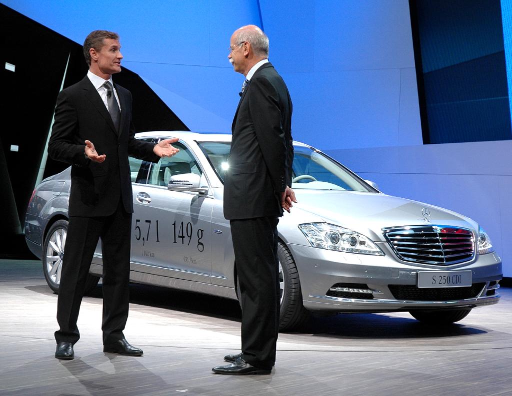 Ex-McLaren-Mercedes-Pilot David Coulthard (links) und Daimler/Mercedes-Chef Dieter Zetsche im Gespräch vor dem neuen S-Klasse-Vierzylinder-Turbodiesel mit 5,7 Litern Mixverbrauch.