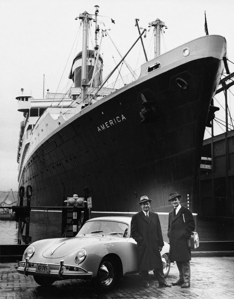 Ferry Porsche und sein Sohn Ferdinand Alexander mit einem Typ 356 A in New York (1958).