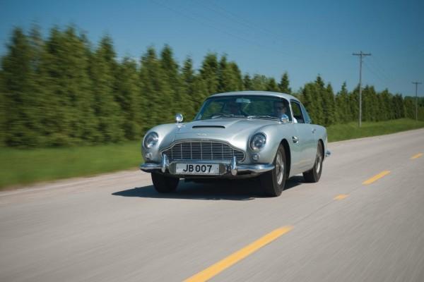 Filmreifes 007-Auto-Duell - Schleudersitz-Aston vs. Kanonen-Jaguar