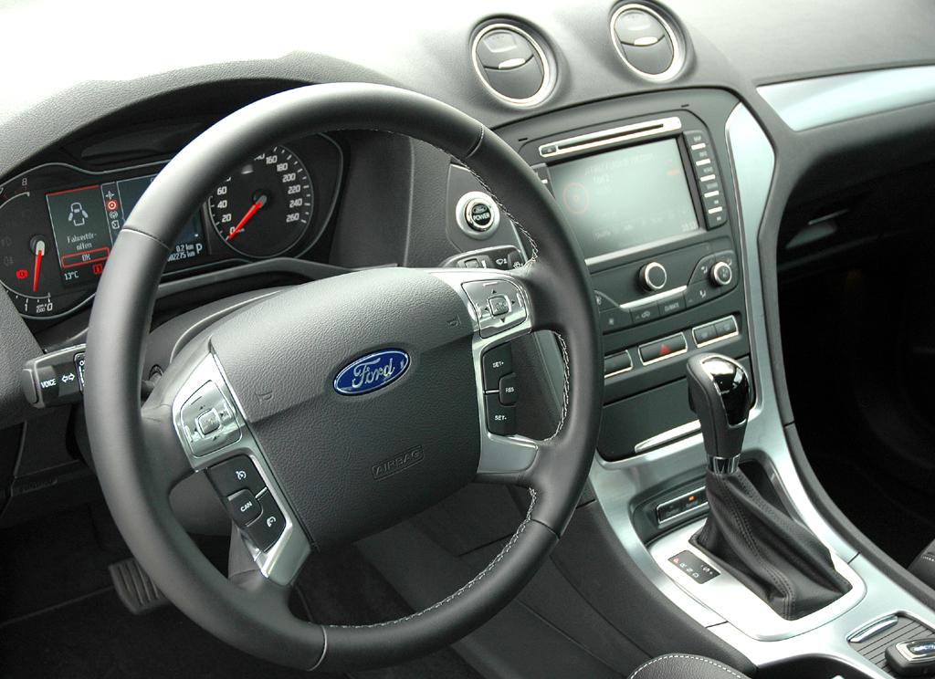 Ford aktuell: Blick ins funktionale Cockpit des Mondeo.
