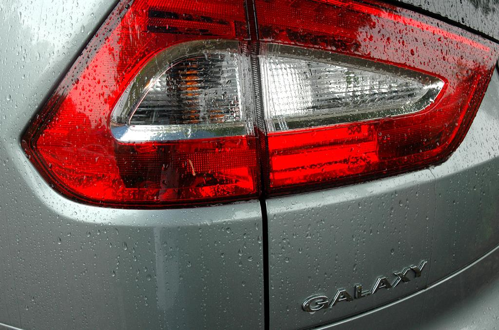 Ford aktuell: Großflächige Galaxy-Leuchteinheit hinten mit Modellschriftzug.