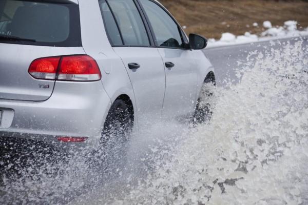 Gefahr im Winter: Aquaplaning auf Schneematsch